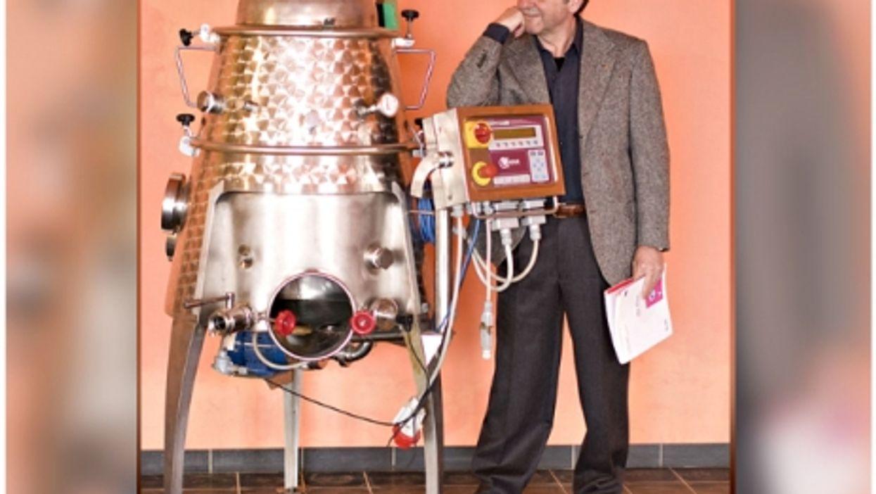 2015 world's best oenologist Donato Lanati with the Genesis winemaking robot