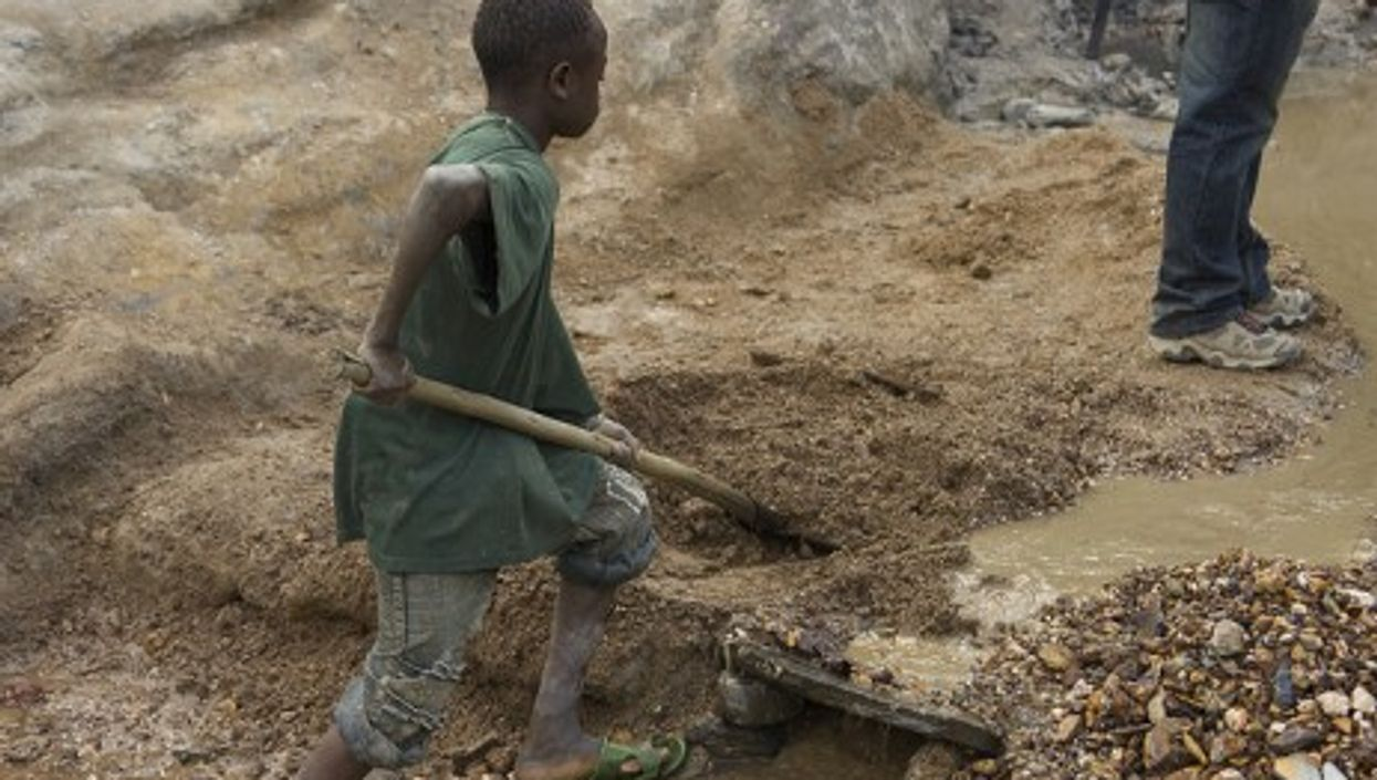 A child mining gold in the Congo (Grassroots Group)