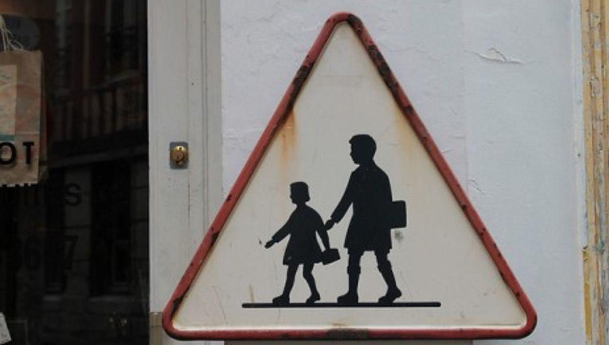 A road sign near a school in France (elPadawan)