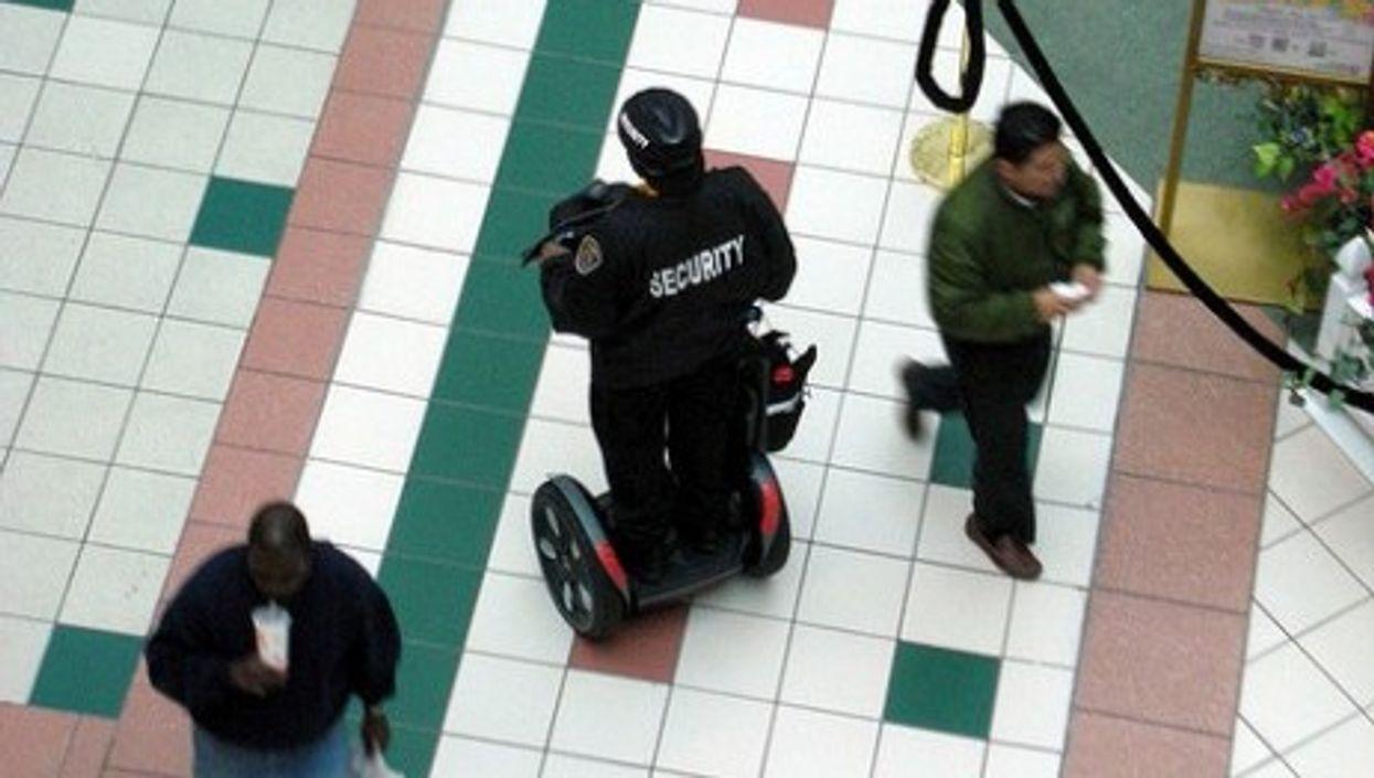 A security agent patrols a mall (Daquella Manera)