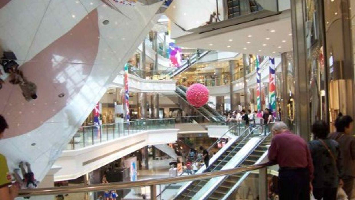 A shopping mall in Shanghai (troismarteaux)