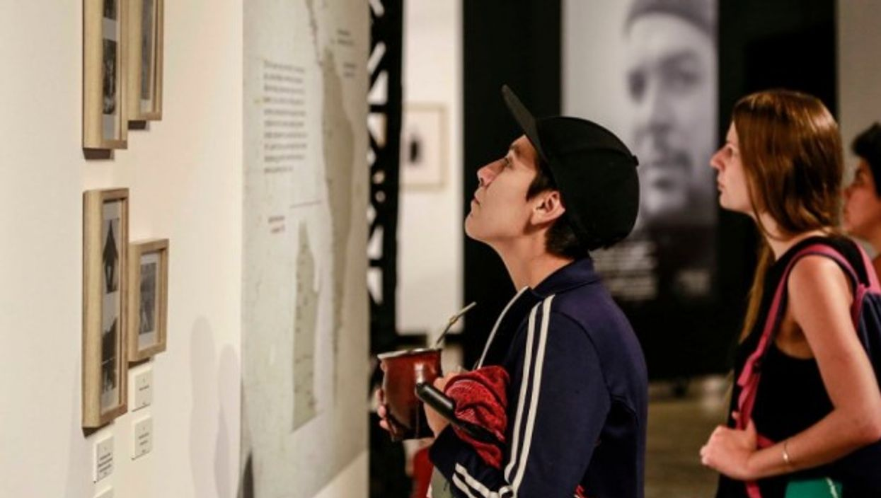 A young Argentine admires Guevara's photography