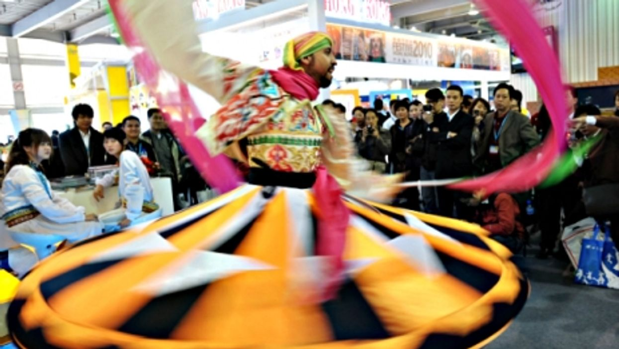 An Egyptian artist performs at the Guangzhou international tourism exhibition