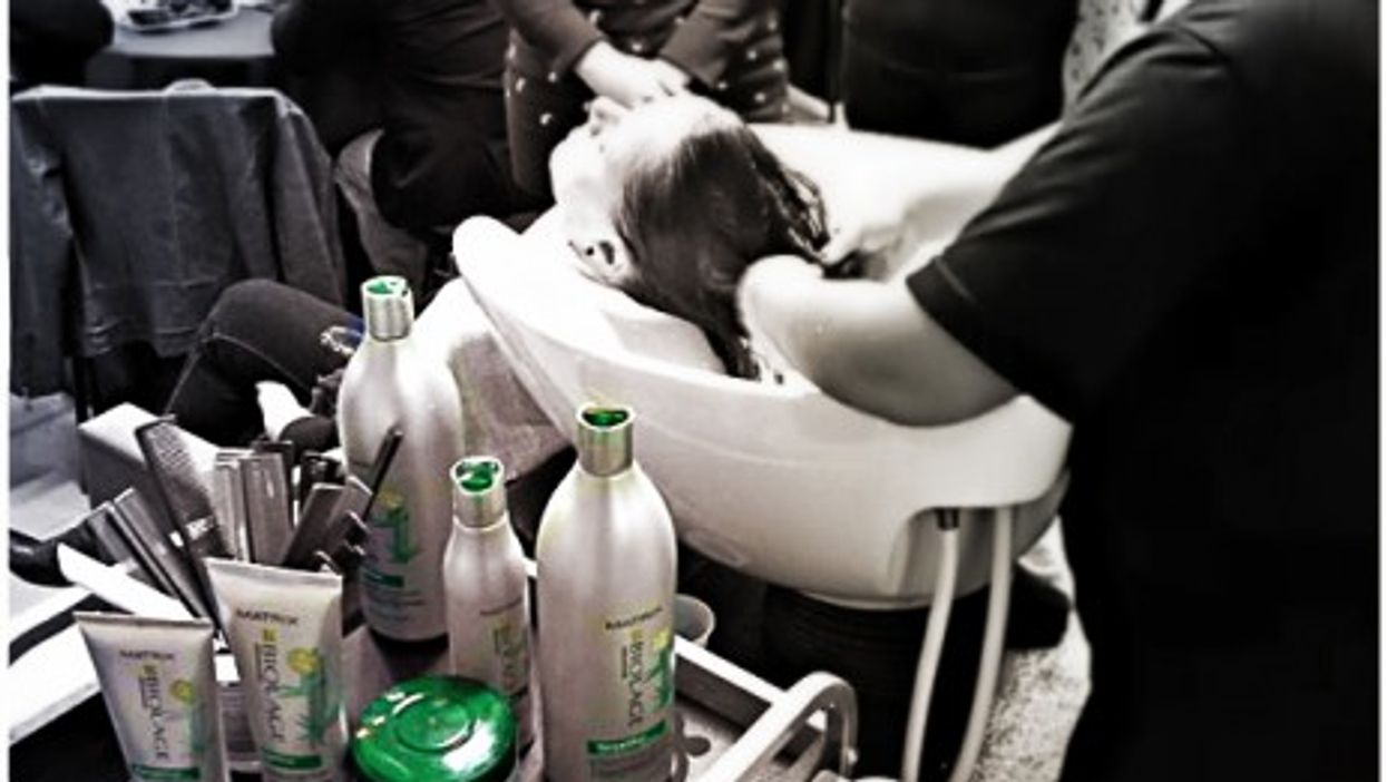 Brazilian hairdresser using L'Oréal Matrix products