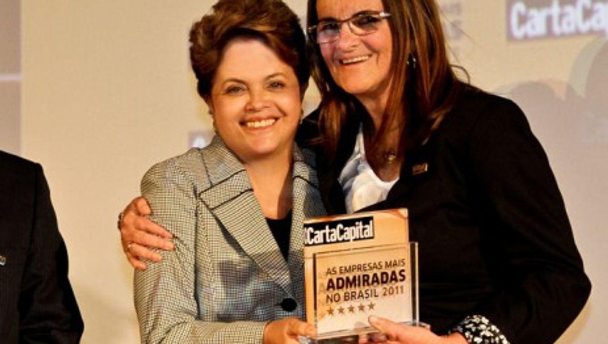 Brazilian President Dilma Rousseff (left) presents Maria das Graças Foster with an award (dilmarousseff)