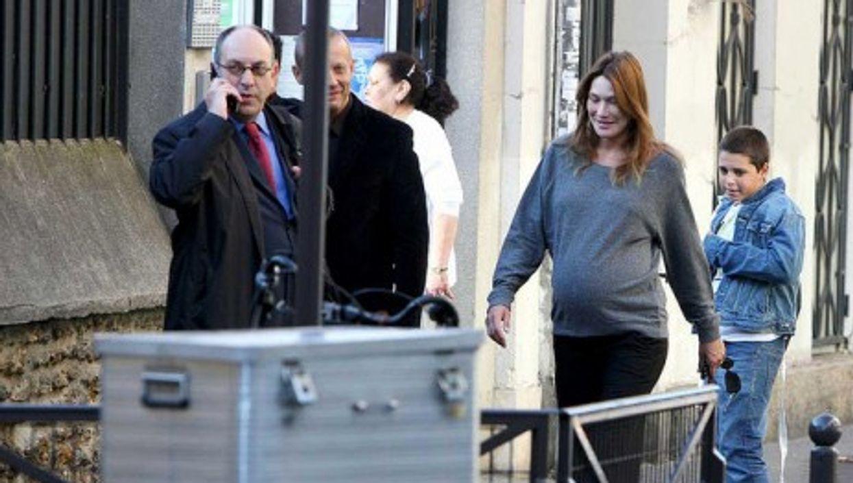 Bruni-Sarkozy in Paris a month before giving birth (americanistadechiapas)