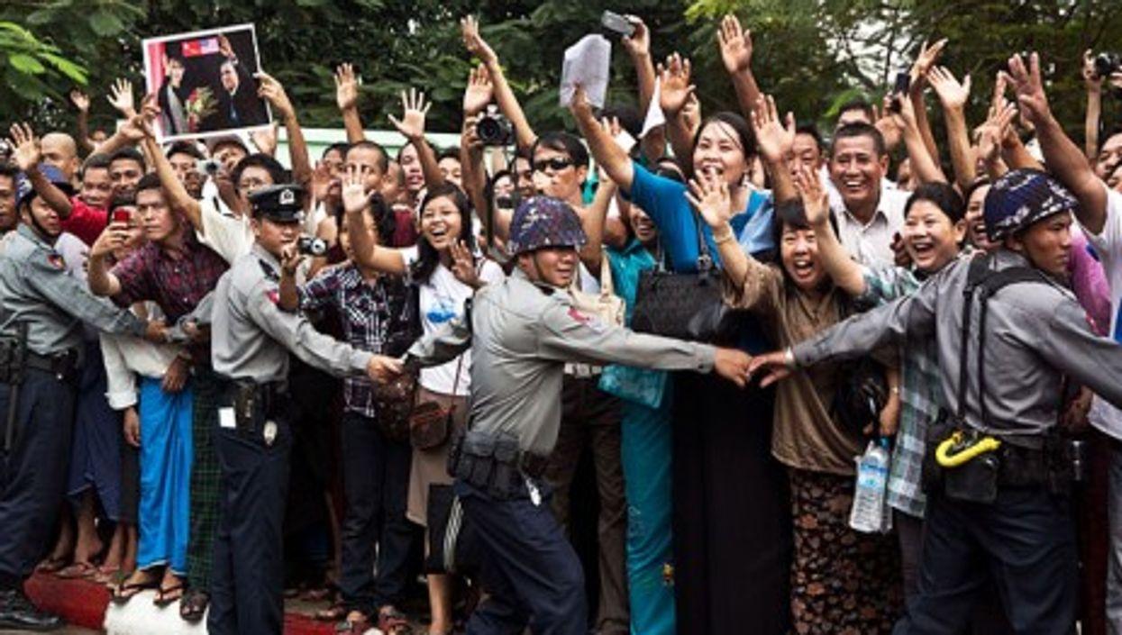 Burmese crowd welcomes Barack Obama's motorcade on 19 November 2012