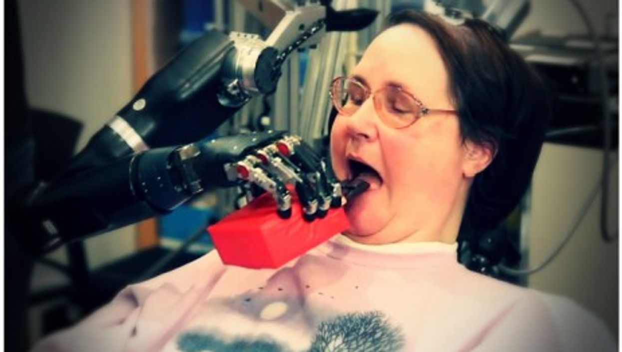 Cathy Hutchinson controlling a robotic arm thanks to a brain implant system