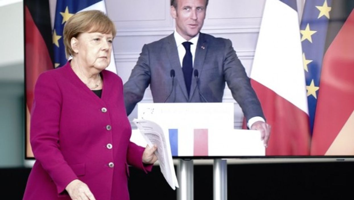 Chancellor Angela Merkel (CDU) comes to a press conference with French President Emmanuel Macron.