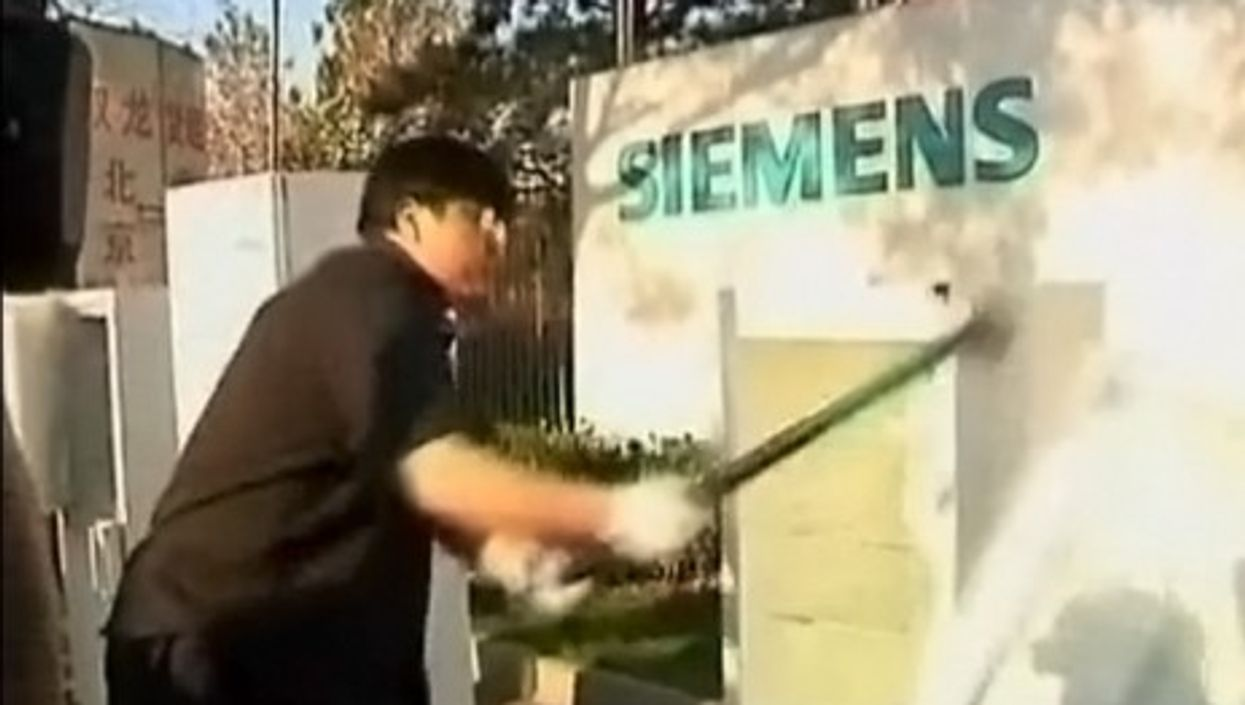 Chinese blogger Luo Yonghao hammers away at a Siemens fridge