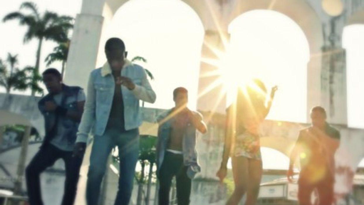 """Clipe do Passinho's """"Todo Mundo Aperta o Play"""" music video"""