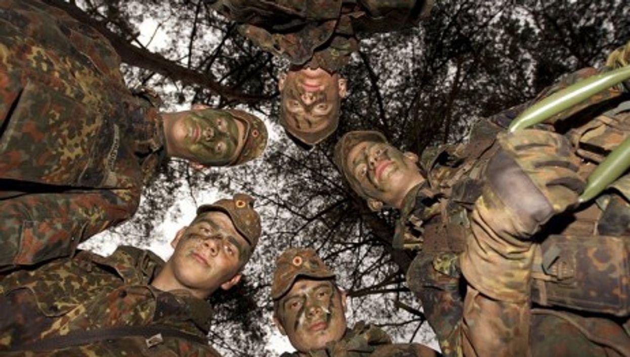 German soldiers in full camouflage (Bundeswehr/Stollberg)