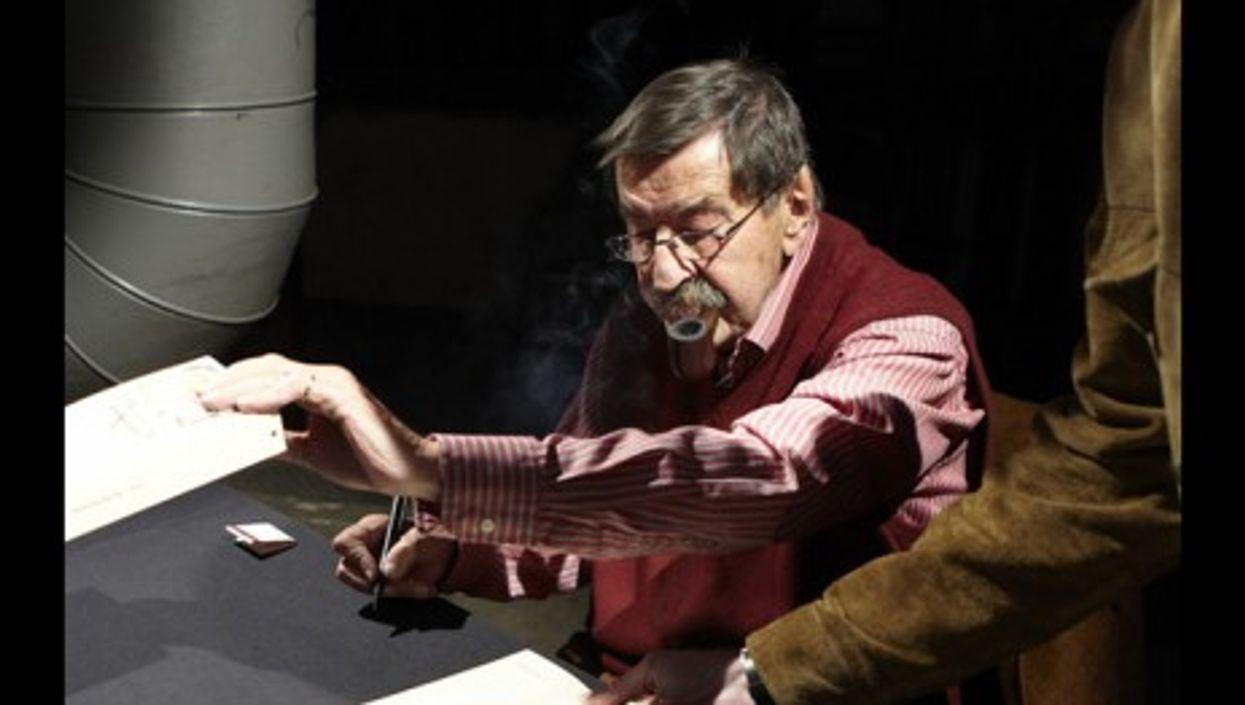Günter Grass during a book signing in 2010 (Christoph Müller-Girod)