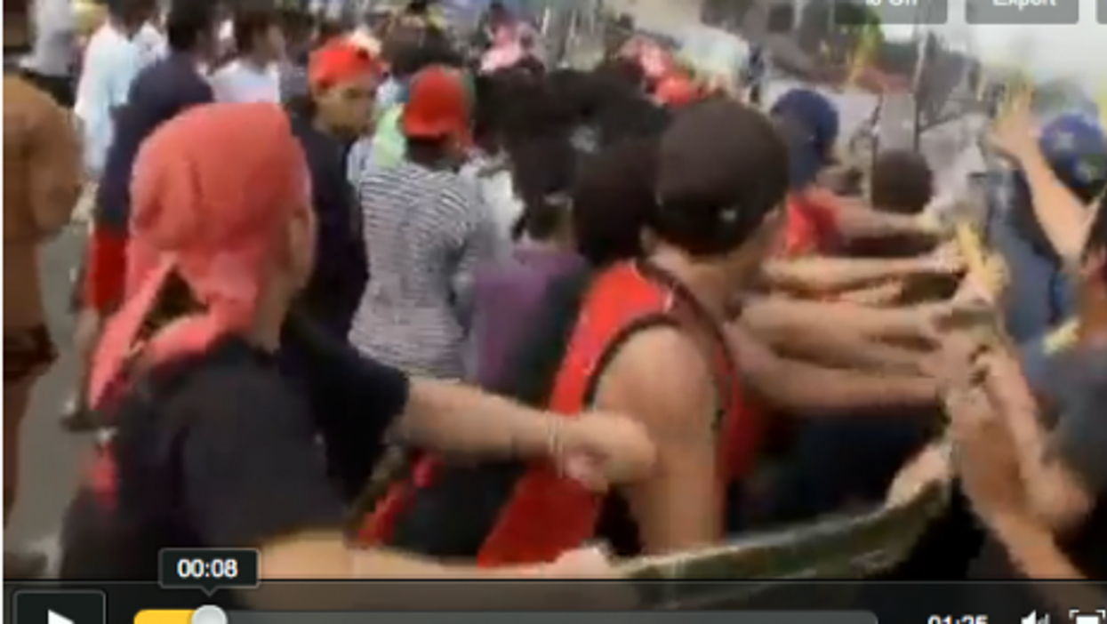 Manila Settlers Scuffle With Police