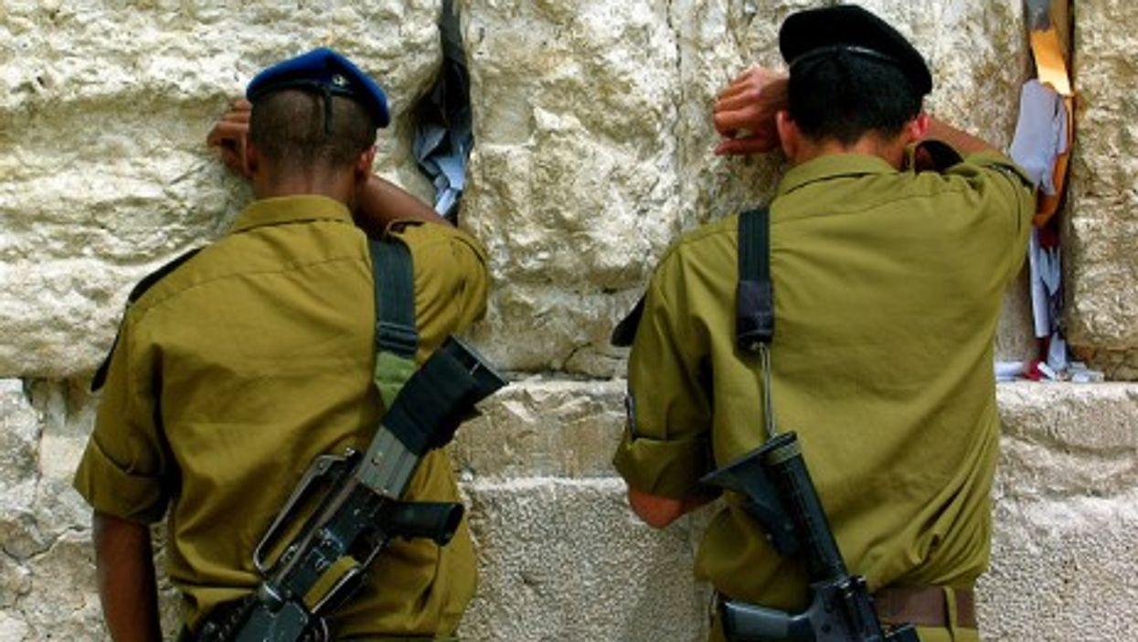 Israeli soldiers pray at the Wailing Wall (Flickmor)