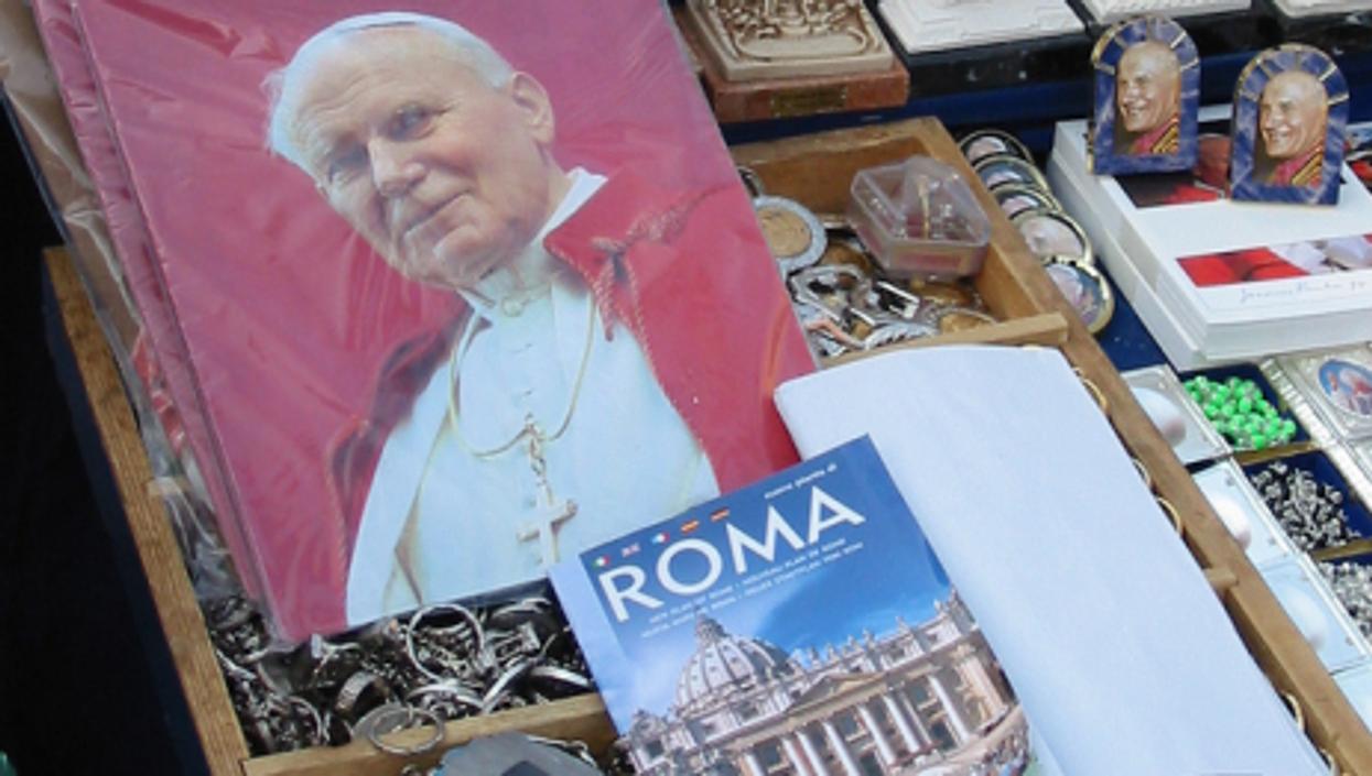 John Paul merchandise is eternally on sale in Rome. (Radio Nederland)