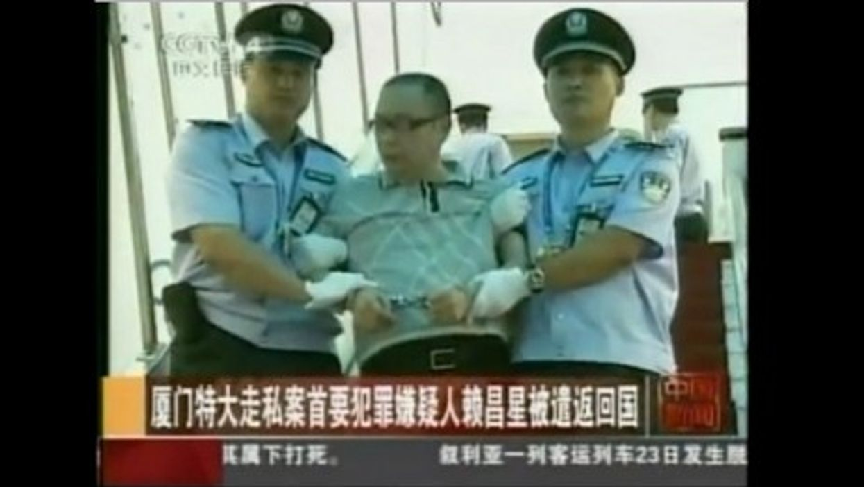 Lai Changxing arriving at the Beijing airport on July 2011 (Youtube)