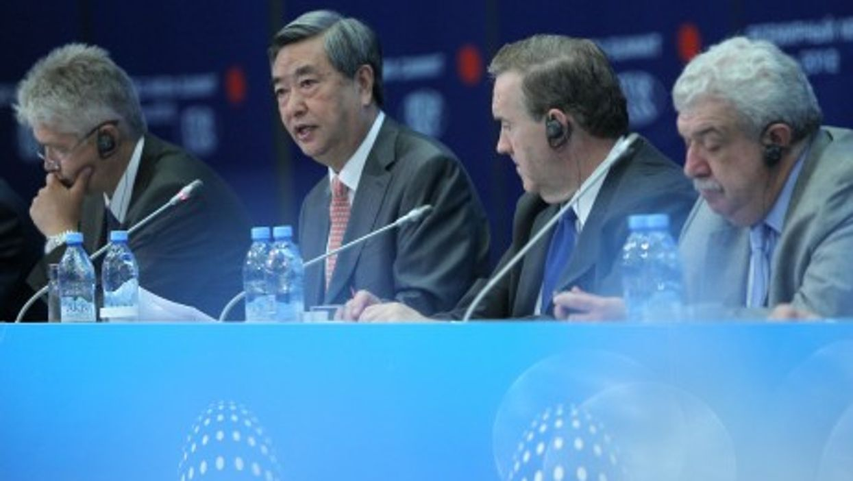Li Congjun (2nd L) addresses the 2nd WMS in Moscow