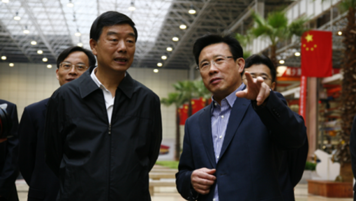 Liang Wengen (rt) meets with a local Chinese politician (sany)