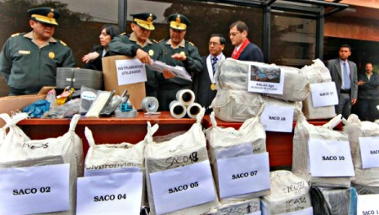 Lima police with more than 900 kg of cocaine seized in two raids in Aug. 2011