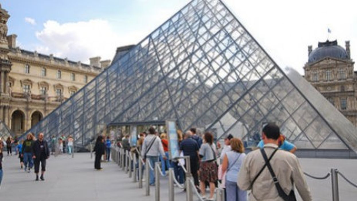 Lining up at the Louvre (maveric2003)