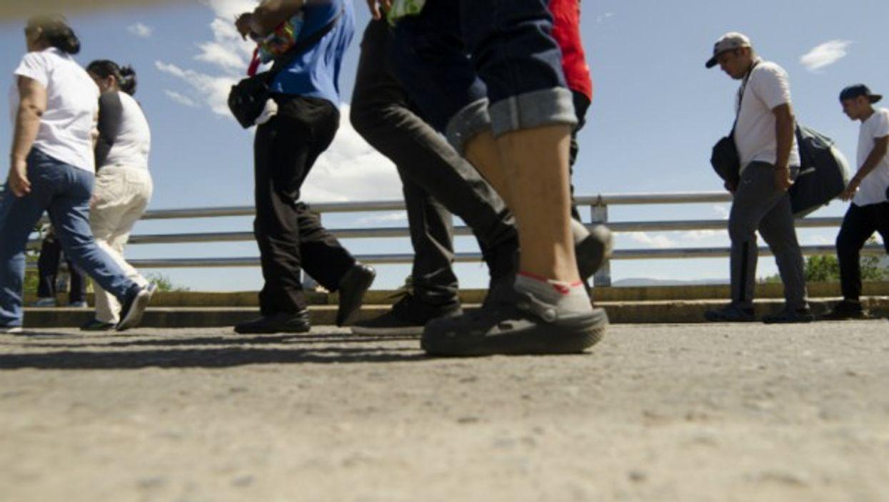 Migrants crossing the border between Venezuela and Colombia