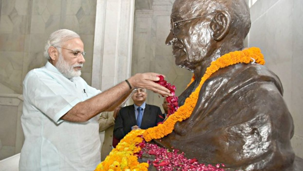 Modi paying tribute to the Mahatma in Allahabad