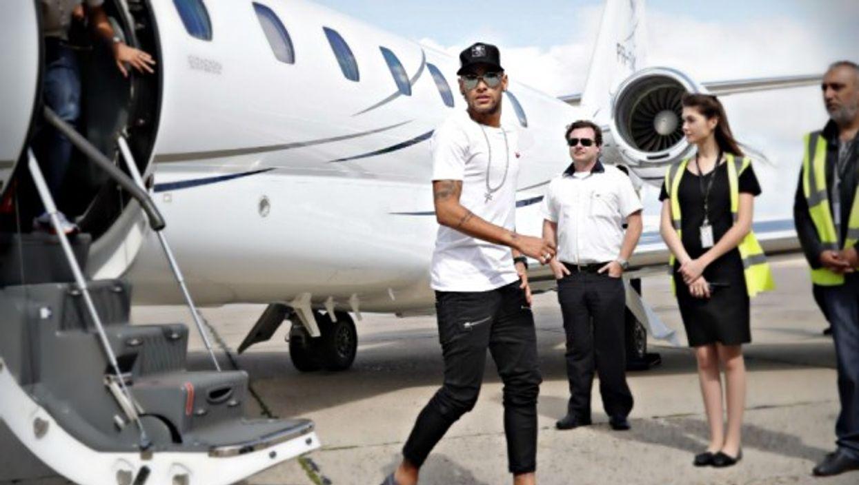 Neymar landing in Paris on Aug.4