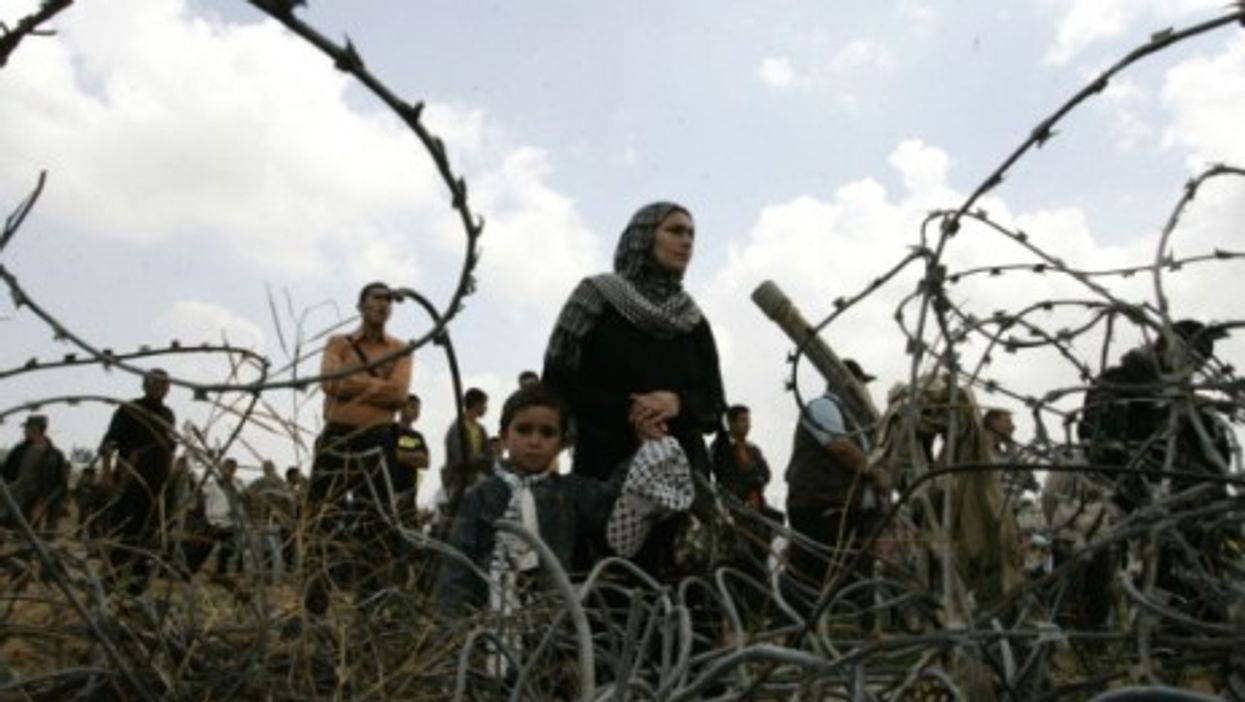 Palestinians rally along the Rafah border between Egypt and Gaza (2011)