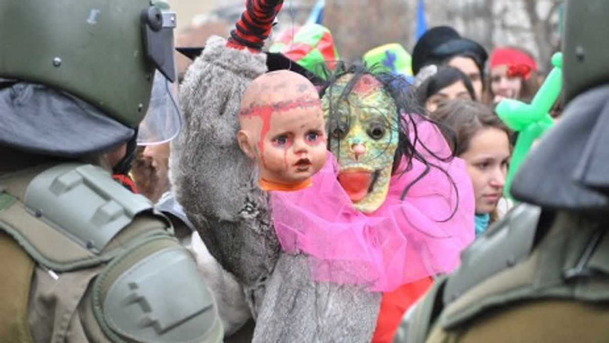Protests last June in Santiago, Chile (Simenon)