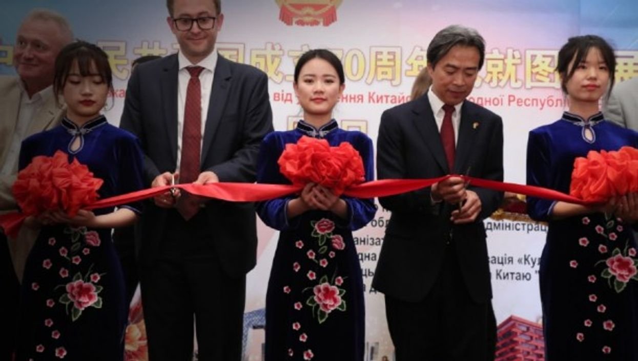 Ribbon cutting for Chinese and Ukrainian ambassadors in Kiev