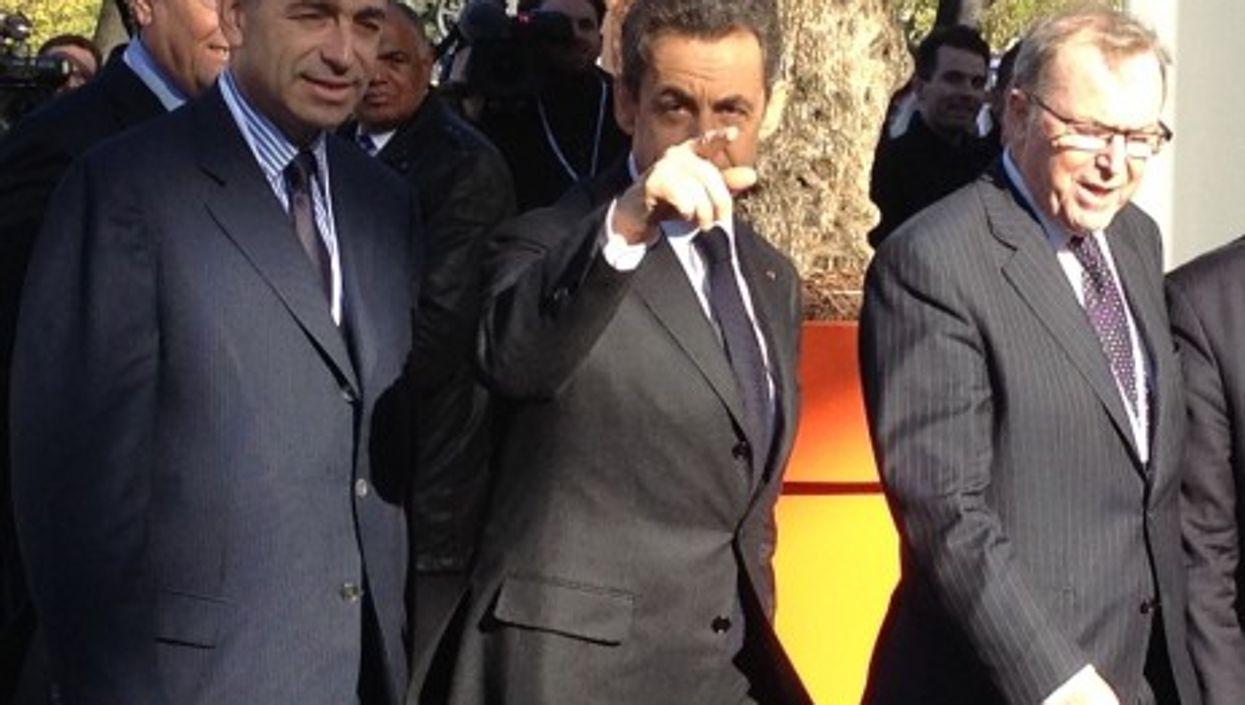 Sarkozy pointing rightward (EPP)