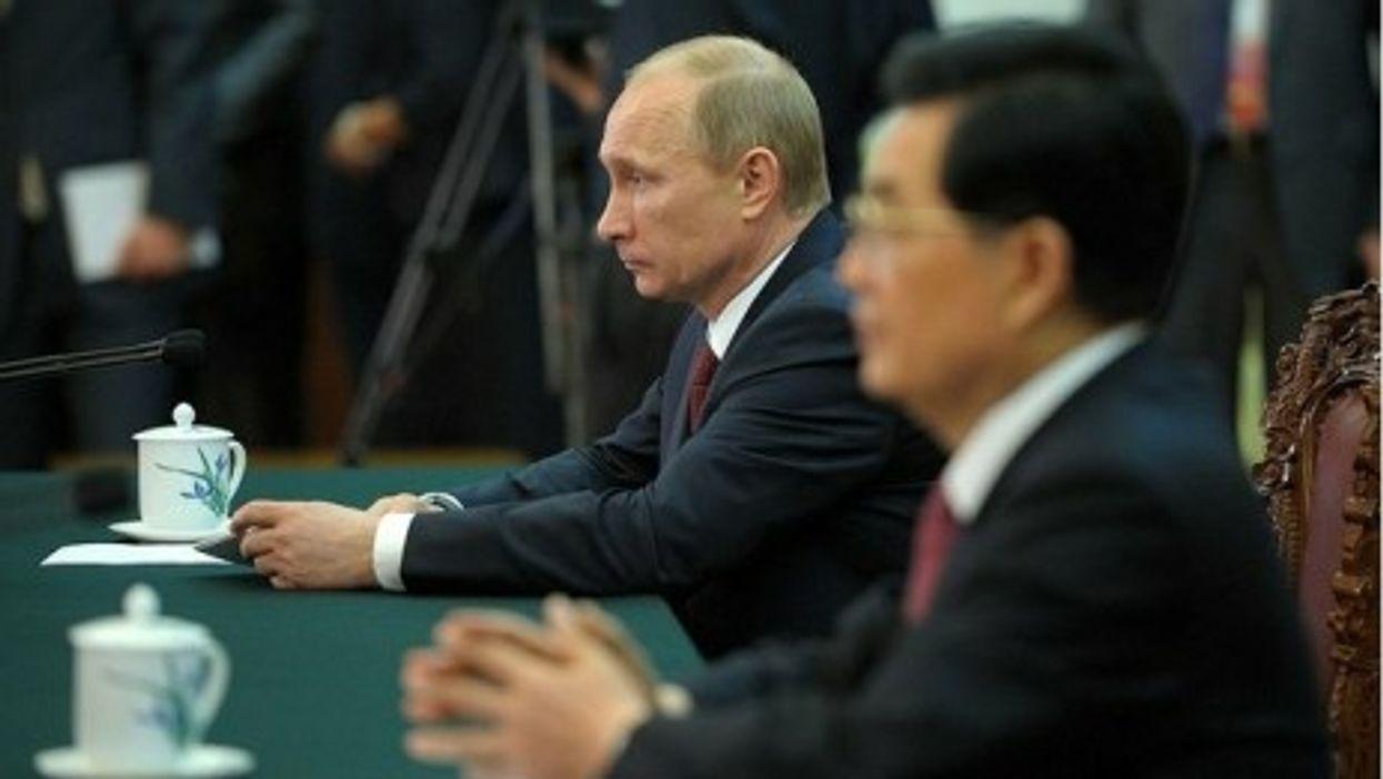 Side-by-side, Hu and Putin (Kremlin)
