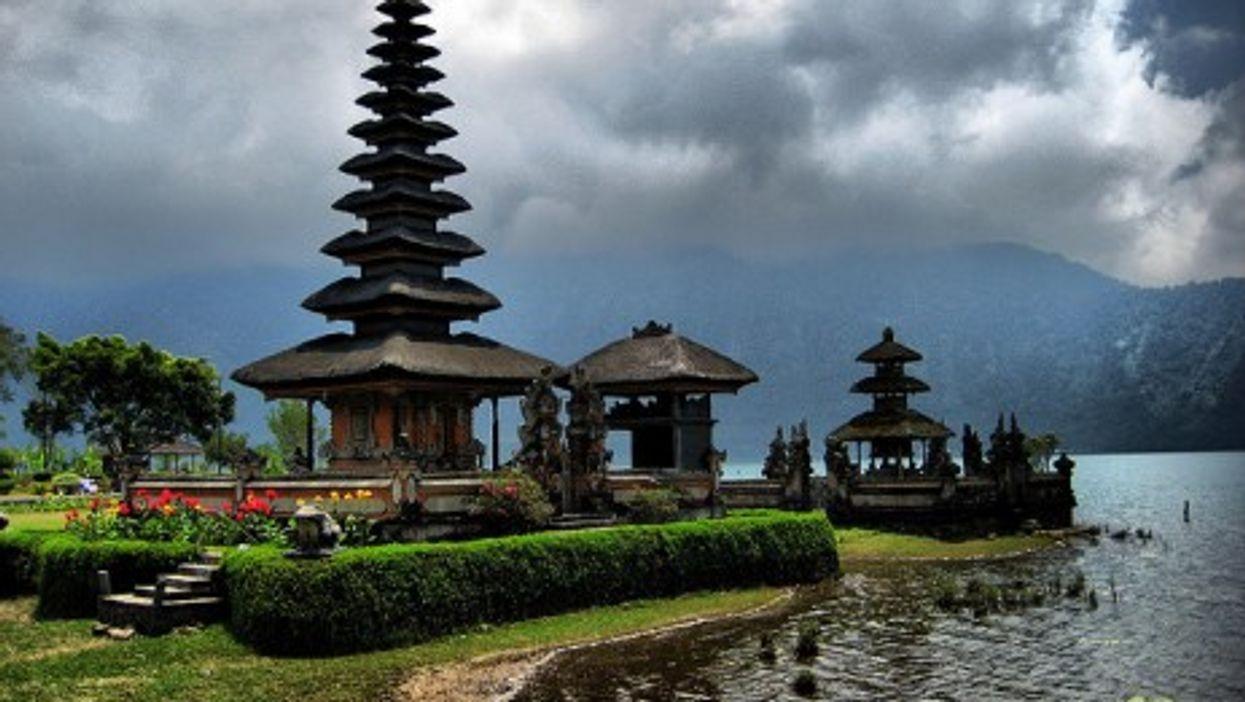 Stormy weather over Ulun Danu Temple in Bali... (Jo@net)