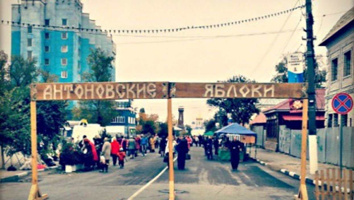 Street market in Yelets, Russia