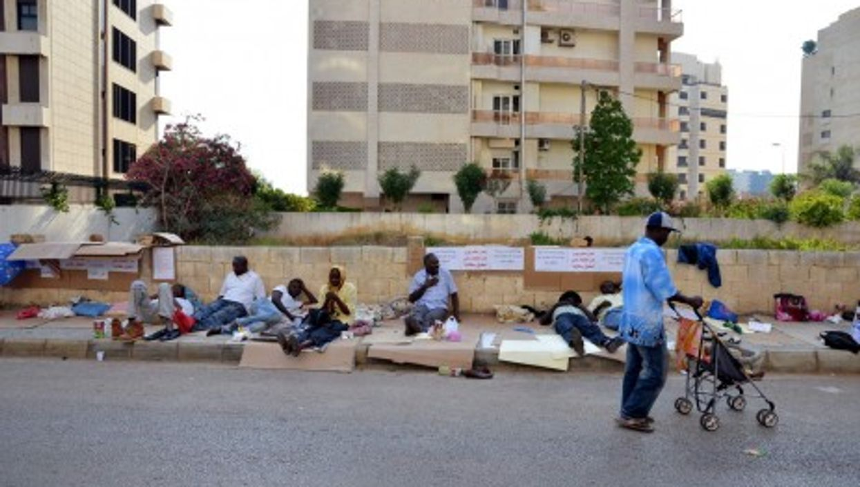 Sudanese refugees protesting in front of the UNHCR (Lebanonesia)