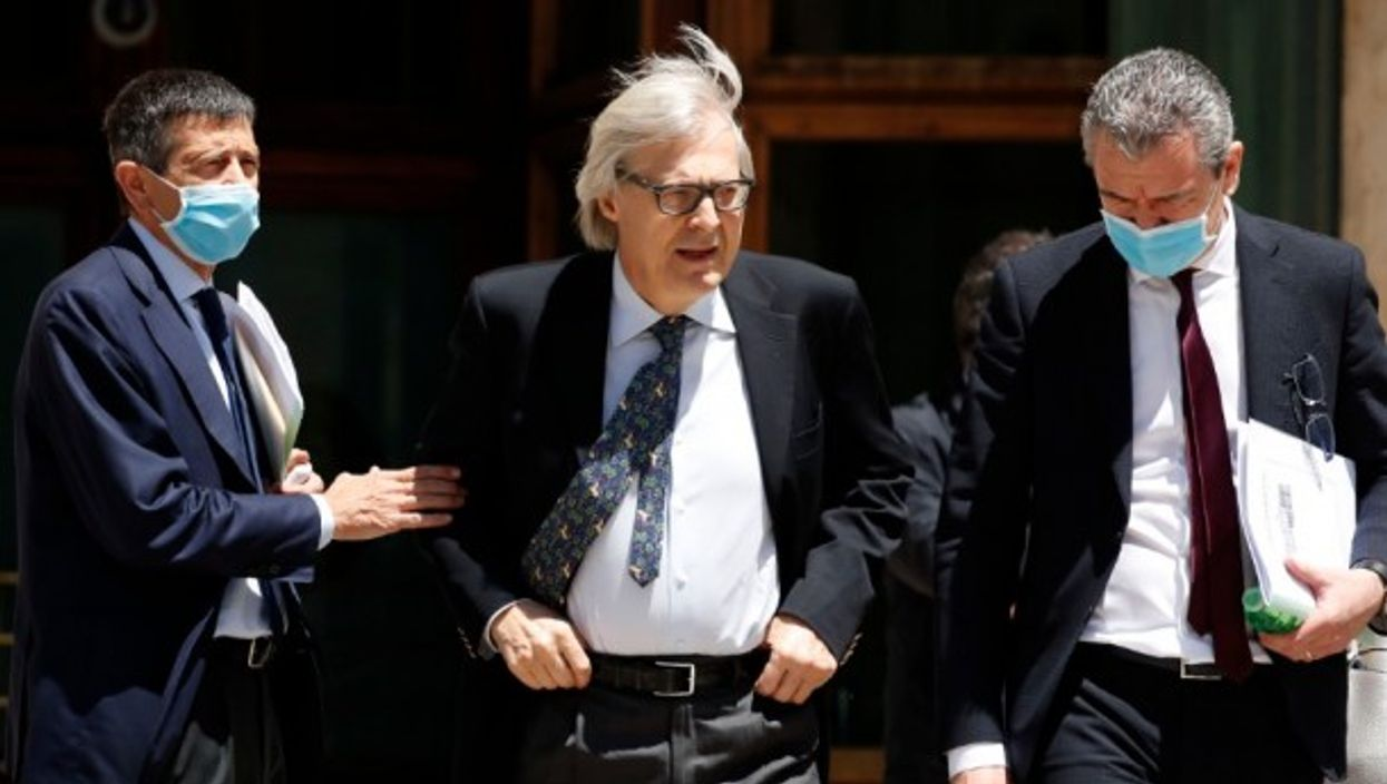 The deputies Maurizio Lupi and Vittorio Sgarbi (the first with a protective mask and the second without).