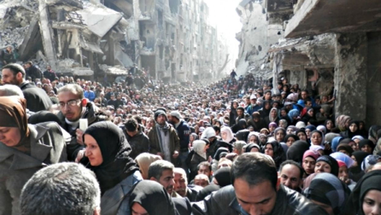 Thousands of Yarmouk refugees waiting for food distribution, in January 2014