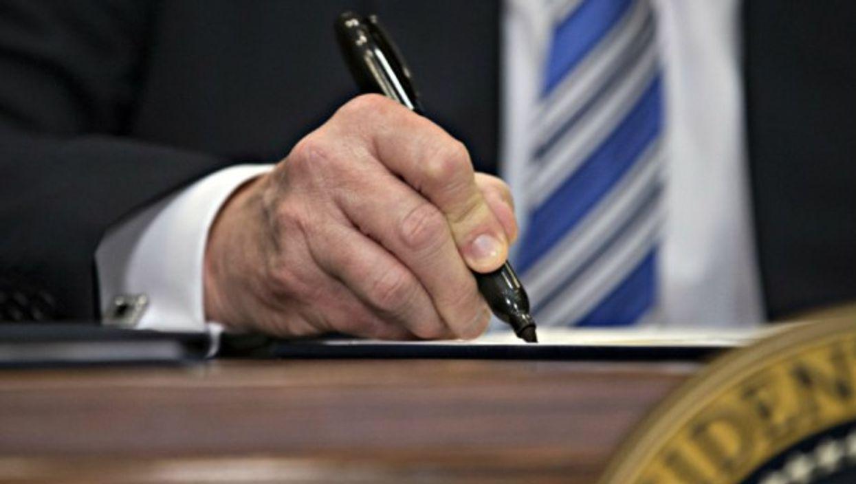 Trump signs the new tariffs