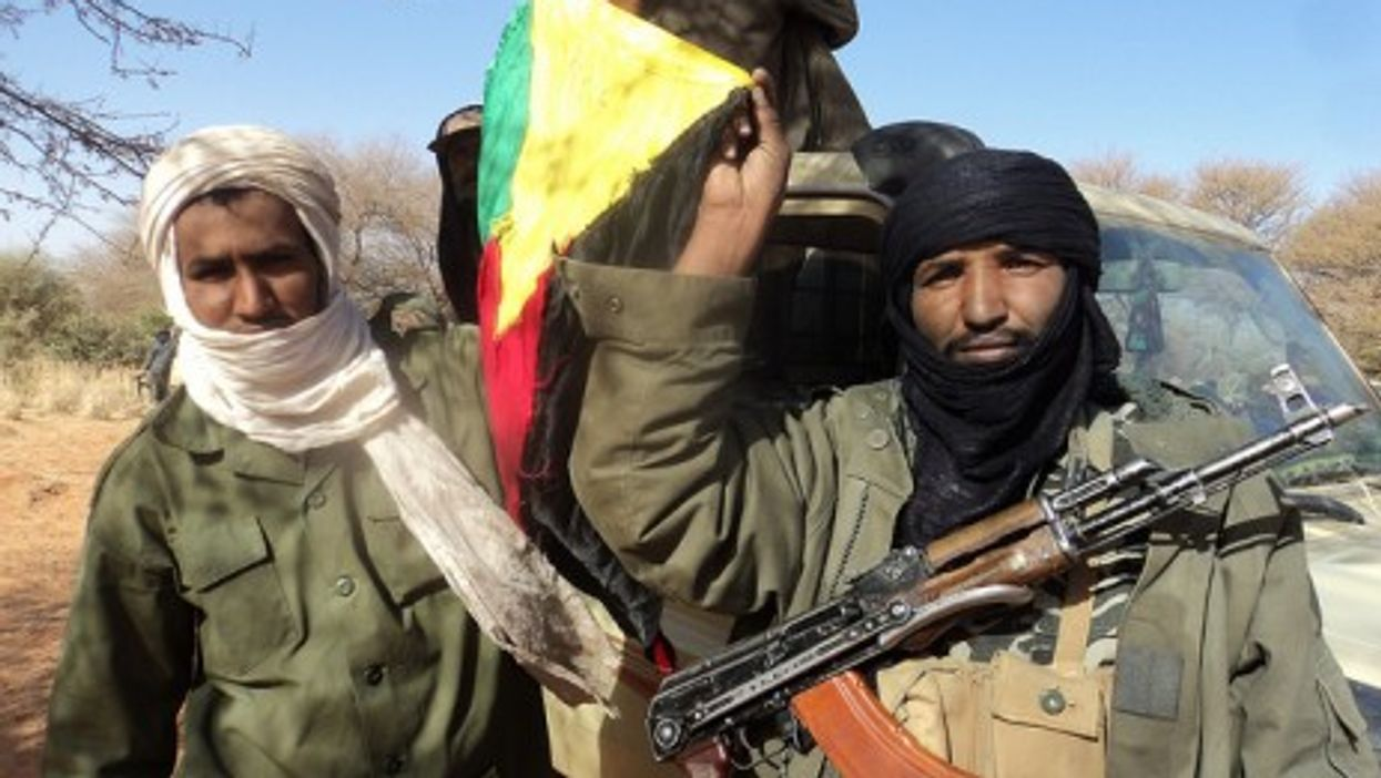Tuareg independence fighters in Mali, holding up the Azawad flag (Magharebia)