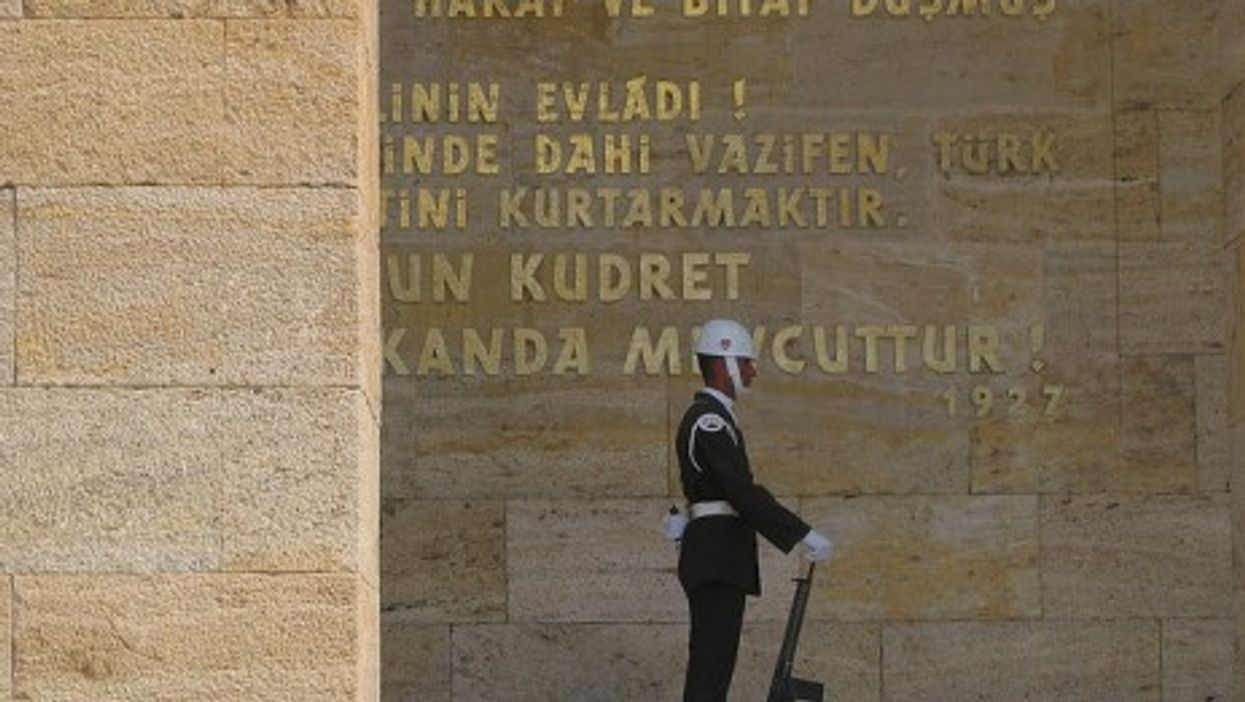 Turkish soldier at the Ataturk mausoleum in Ankara (eddy13)
