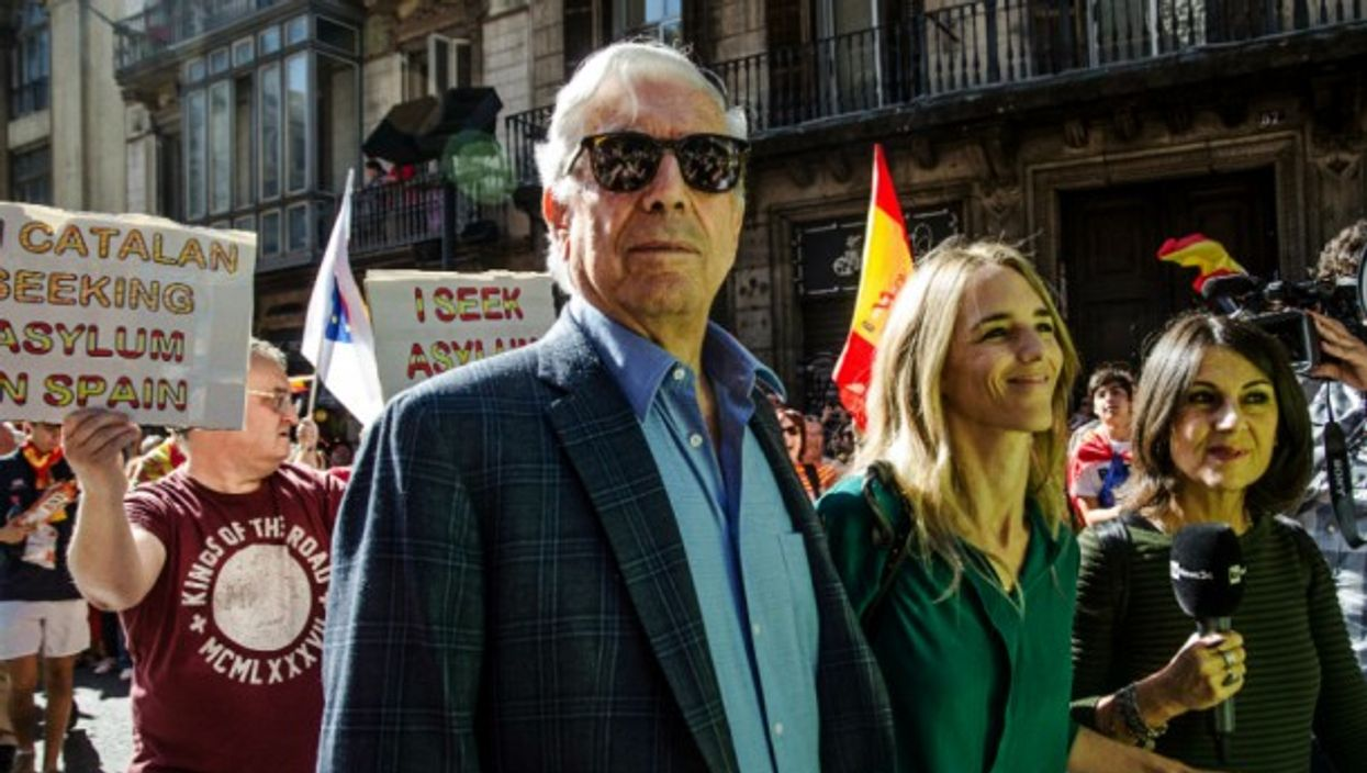 Vargas Llosa at a demonstration in Barcelona in defense of the unity of Spain