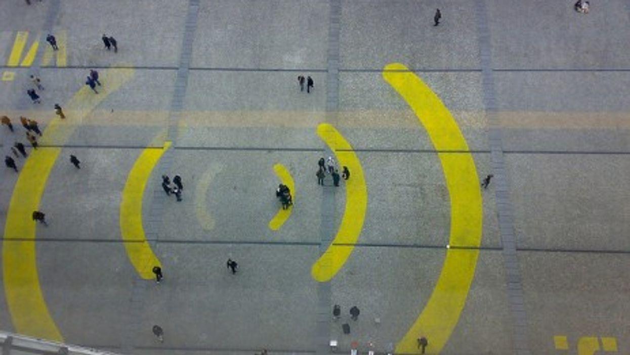 Walking in wi-fi waves in Paris (Banalities)